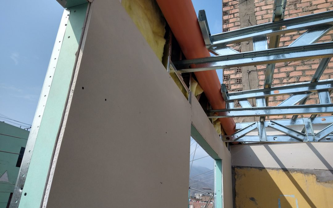 Canaletas de agua en techo de drywall